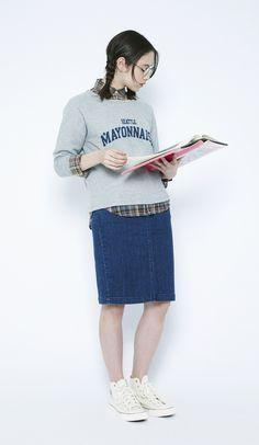 今日は本の日。スクールガールを装って。カジュアルなスウェットにチェックシャツを合わせて、タイトスカートでガーリーに。
