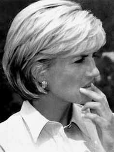 Diana in love her hair. This has always been my favorite haircut! Diana Haircut, Short Hair Cuts, Short Hair Styles, Princesa Kate Middleton, Diana Fashion, Princes Diana, Lady Diana Spencer, Great Hair, Bob Hairstyles