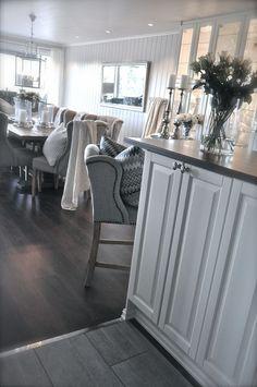 Geräumiger #Esszimmer-Bereich im #Landhausstil. In modernen Weiß- und Grautönen wirkt es immer frisch und offen. Und wie gefällt es Euch? ~ www.edlewelt.de ~