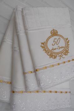 Jogo de Toalha Aveludada composto por 2 toalhas de banho e 2 toalha de rosto bordadas e personalizadas.    Marca: Dohler  Modelo: Artesanalle  Aplique de bordado inglês e passa fitas.    Prazo de urgência favor consultar disponibilidade.