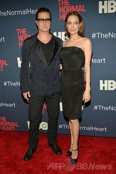 米ニューヨーク(New York)のジーグフェルド・シアター(Ziegfeld Theatre)で開催された新作TV映画『The Normal Heart』のプレミア試写会に登場したアンジェリーナ・ジョリー(Angelina Jolie)とブラッド・ピット(Brad Pitt、2014年5月12日撮影)。(c)AFP/Getty Images/Ben Gabbe ▼15May2014AFP|衝撃の告白から1年、A・ジョリーさんが「結婚」語る http://www.afpbb.com/articles/-/3015016 #The_Normal_Heart #Angelina_Jolie #Brad_Pitt