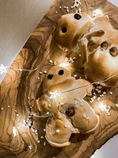 my recipe for the Swiss Christmas tradition: Grittibänz, a yeast dough pastry with nuts and raisins. Christmas Traditions, Raisin, My Recipes, Ice Cream, Traditional, My Favorite Things, Desserts, Food, No Churn Ice Cream