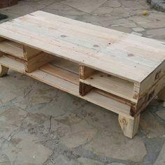 Bonita mesa de TV hecha con madera reciclada de palet