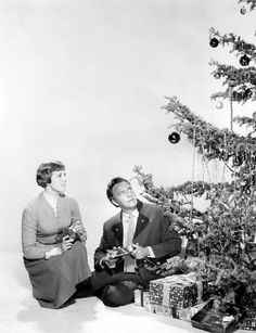 Julie Andrews as Maria and Christopher Plummer as Captain Von Trapp. Christmas Ad, Christmas Photos, Vintage Christmas, Holiday Images, Xmas, Christopher Plummer, Julie Andrews, Filming Locations, Sound Of Music