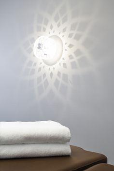 Radius Designin seinävalaisimen luoma kuvio ja epäsuora valaistus oli lähtökohtana hoitohuoneiden sisustussuunnittelussa.