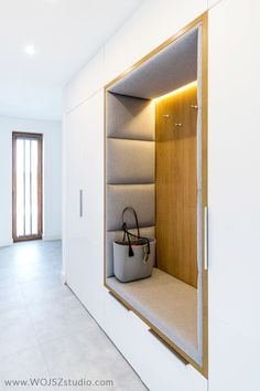 The 7 most common mistakes in the arrangement of the hall - a good plan .- 7 najczęstszych błędów w aranżacji przedpokoju – dobre planowanie 7 mistakes when arranging the hallway - Latest Cupboard Designs, Bedroom Cupboard Designs, Wardrobe Design Bedroom, Home Entrance Decor, House Entrance, Home Decor, Hallway Designs, Closet Designs, Studio Interior