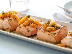 Para um jantar mais leve, nada melhor do que um salmão grelhado com salsa verde cítrica. Chef: Giada De Laurentiis