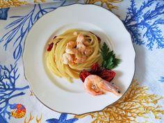 Nidi di spaghetti con salmone gamberi e pomodorini confit
