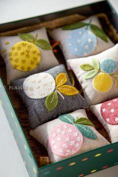 Handmade felt appliqué pincushions – DIY ° pincushion & needle book & n … Easy Felt Crafts, Cute Crafts, Crafts To Make, Baby Crafts, Felt Embroidery, Felt Applique, Sewing Crafts, Sewing Projects, Felt Projects