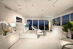 Vaste chambre à coucher parentale tout en blanc