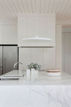 All white kitchen with white wood plank ceilings and white marble island, sleek white cabinets Diy Interior, Kitchen Interior, Kitchen Ikea, Kitchen White, Kitchen Decor, Kitchen Tips, Design Kitchen, Marble Island, Küchen Design
