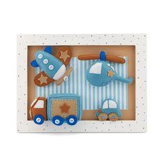 Este lindo quadrinho composto por avião, helicóptero, caminhão e carrinho decora e alegra o espaço do menino, que curte muito tudo isso. Os tons de azul e bege irão dar um toque discreto e divertido no ambiente.