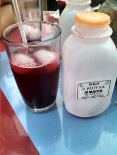Agua de Jamaica envasada por la soda El Patty en el Caribe limonense, Costa Rica.
