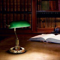 Historické stolové svietidlo LAWYER v mosádznej farbe. Sweden House, Bankers Desk Lamp, Crestview Collection, Cove Lighting, Design Tisch, Living Room End Tables, Table Lamp Sets, Diffused Light, Drum Shade
