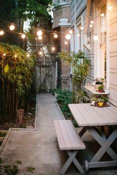 gartenideen hinterhof lichtketten gartenmöbel pflanzen