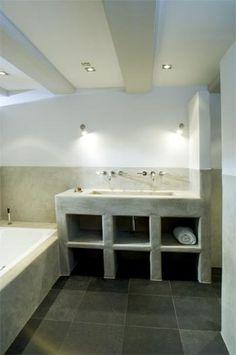 Tadelakt in badkamer gecombineerd met normaal stucwerk. Via www.e-art-h.nl