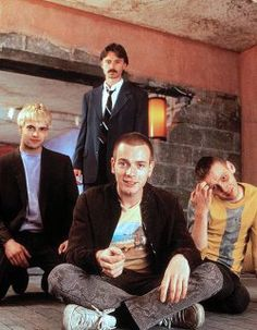 Renton (Ewan McGregor), Spud (Ewen Bremner), Sick Boy (Jonny Lee Miller), Tommy (Kevin McKidd) and Begbie (Robert Carlyle) from Trainspotting 90s Movies, Cult Movies, Series Movies, Great Movies, Star Wars, Love Movie, Movie Tv, Movie Scene, Johnny Lee