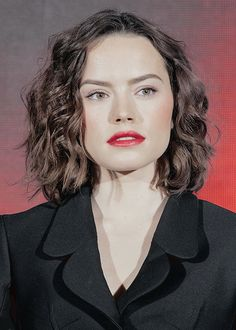 Rey's hair from Star Wars is goals. See our favourite looks from 'Rey' and Daisy Ridley and get her the look with the help of our gallery. Daisy Ridley Star Wars, Rey Star Wars, Pixie, English Actresses, Celebs, Celebrities, Hairstyles Haircuts, Hairdos, Celebrity Photos
