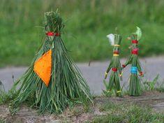 Die Indianer aus Gras sollten Sie mit Ihrem Kind basteln, bevor Sie den Rasen mähen, denn Sie brauchen für die Figuren und das Zelt lange Grashalme!