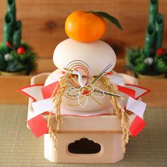 Kagami Mochi - Japanese Rice Cake - A New Year's traditional display and food item. Japanese Rice Cake, Japanese Sweets, Japanese Food, Japanese Art, Japanese Things, Japanese New Year, New Years Traditions, Japanese Festival, New Years Decorations