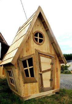 Bird House Plans 679480662518727699 - Source by trudiemoulson Dog Houses, Play Houses, Crooked House, Tree House Plans, Woodland House, Walnut Kitchen, Cool Tree Houses, Tree House Designs, Fairy Garden Houses