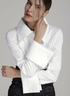 Style Essential : The 10 Essential Wardrobe Classics- Women of style. Get inspired and find your own unique style for woman of all ages. Casual interesting and cool fashion. Real clothes for real women.You can become a Member of the White shirt Socie Classic White Shirt, Crisp White Shirt, White Fashion, Look Fashion, Womens Fashion, White Shirts Women, Fashion Essentials, Collar And Cuff, Mode Outfits
