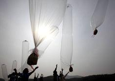 Dans une zone démilitarisée entre les deux Corée, des transfuges nord-coréens envoient à l'aide de gigantesques ballons depuis la Corée du Sud des sacs contenant de la nourriture à destination des habitants du nord.