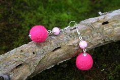 Boucles d'oreille d'hiver pompon de laine et perles de verre - Rose et argenté : Boucles d'oreille par boisdesoluthe