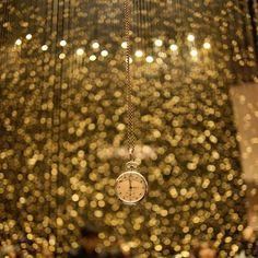 懐中時計に焦点を合わせた作品。  背景がボケることによって、時計は単に時を刻むものではなくなり、永遠を告げるものに。