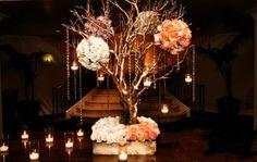 centro de mesa de hojas secas adornado con rosas cristales y velas