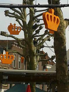 Piepschuim kronen / 70cm breed en 50cm hoog / oranje met glitters