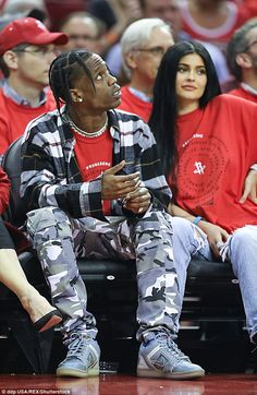 Kylie Jenner is pregnant: Reality star, 'expecting a baby with boyfriend Travis Scott' friends claim; the two are seen here in April, soon after they started dating Kylie Jenner Pregnant, Kylie Jenner Baby, Mode Kylie Jenner, Kylie Jenner Outfits, Kendall And Kylie, Kylie And Travis Scott, Travis Scott Outfits, Travis Scott Kylie Jenner, Kyle Jenner