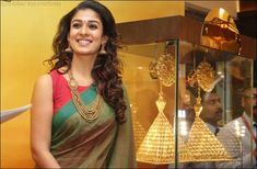 Nayanthara at a GRT Jewellers event in Dubai wearing a Green handloom cotton saree paired with red sleeveless boat neck blouse. Indian Attire, Indian Wear, Indian Outfits, Actrices Hollywood, Elegant Saree, Saree Look, Fancy Sarees, Trendy Sarees, Stylish Sarees