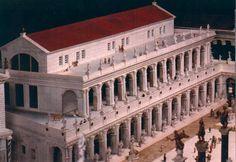 Basílica Iulia- Empezada por Xulio César foi completada por Augusto e restaurada dúas veces despois de sufrir incendios (9 e 283 d.C). Ocupa o lugar dunha basílica anterior, a Basilica Sempronia, (170 a.C. por Tiberio Sempronio). Graco. De grandes dimensións, podía albergar varios procesos xudiciais ó mesmo tempo. Se a causa era importante a 3 xente ateigaba a nave central. Nas escaleiras que dan á via nova podemos observar taboleiros de xogos (para combater as longas esperas) gravados na…