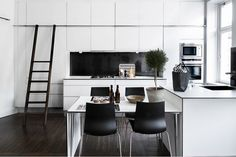 Black & white kitchenVery interesting way to include dining table...our lounge will be quite small with table. Can combine into kitchen