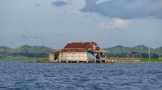 Sengkang, Tempe See, erste schwimmende Haeuser kommen in Sicht
