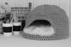 Chat Crochet, Crochet Home, Crochet Gifts, Crochet Baby Beanie, Crochet Gloves, Fabric Animals, Crochet Animals, Cat Basket, Diy Cat Toys