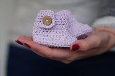 Stiefel & Booties - Häkelarbeitbabybeuten in lila Farbe - ein Designerstück von tsvm bei DaWanda