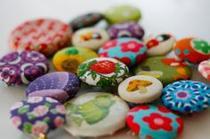 how to make fabric buttons out of old buttons