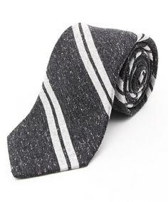 シンプルな黒のネクタイをビジネスでパリっと決めて着こなしましょう。黒は黒でもどんな黒のネクタイがオシャレに着こなしやすいのか、たくさんご紹介します。オススメコーディネートやオススメネクタイを見極めて、ビジネスコーディネートの達人になりましょう!! (2ページ目)