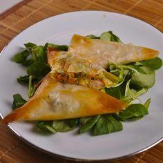 Préparez la farce :Pelez et râpez les légumes.Faites-les sauter à feu moyen avec l'ail émincé dans un filet d'huile pendant environ 5 minutes.Ajoutez le gingembre haché et les herbes.Décortiquez les crevettes.Préchauffez le four à 180°C (thermostat 6). Montez les triangles :Coupez les feuilles de pâte filo en 3 dans la longueur.Déposez une cuillerée de farce dans le coin gauche. Ajoutez une crevette. Replier le coin du bas gauche vers la droite de façon à former un triangle. Repliez c...