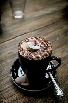 O café é tão grave, tão exclusivista, tão definitivo que não admite acompanhamento sólido. Mas eu o driblo, saboreando, junto com ele, o cheiro das torradas-na-manteiga que alguém pediu na mesa próxima. Mario Quintana