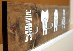 Olá! Que tal você mesmo fazer um cabideiro para o quarto das crianças?! Encontrei esse DIY no The Turquoise Piano e compartilho com vocês! Você irá precisar de uma peça em madeira, ou MDF, com cerca de 70cm de largura x 20cm de alutra; 04 ganchos; tinta branca e fita adesiva. Você pode envernizar a …