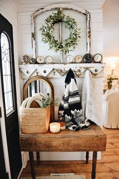 Cozy Farmhouse Christmas Entryway I can't believe next week is Christmas & I failed to share our full Christmas decor tour with you Christmas Entryway, Farmhouse Christmas Decor, Christmas Christmas, Simple Christmas, Country Decor, Rustic Decor, Country Style, Rustic Table, Sweet Home