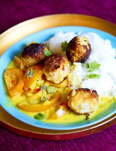 Zucchini- och kokosbollar i gyllene tomatsås från fabulösa kokboken Veggivore - Vegoriket