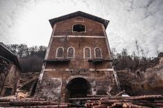 Neďaleko obce Dobšiná možno nájsť dve významné industriálne pamiatky – huty Karol a Etelka.