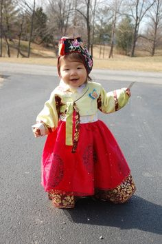 Korean princess--OHH EMM she is adorable! Precious Children, Beautiful Children, Beautiful People, Kids Around The World, People Of The World, Korean Traditional, Traditional Dresses, Little People, Little Girls