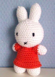 Nodig Haaknaald 3 mm. Katoen in wit en oranje (of een kleur naar keuze) Zwart borduurgaren voor het gezichtje Zachte vulling... Diy Crochet Amigurumi, Crochet Baby Toys, Amigurumi Doll, Crochet Animals, Crochet Dolls, Love Crochet, Crochet For Kids, Easy Crochet, Easter Crochet Patterns