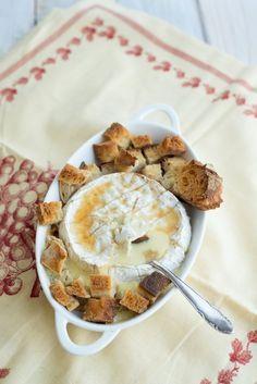 Warmer Camembert mit Cidre und Honig (Camembert chaud au cidre et au miel) aperitif brot brotaufstrich hauptspeisen rezepte snacks-und-kleine-gerichte vorspeisen Französisch Kochen by Aurélie Bastian