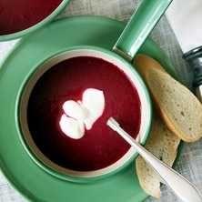 Rödbetornas lätt jordiga smak samsas gärna med lite friskare inslag. Den här soppan blir bara godare dagen efter!